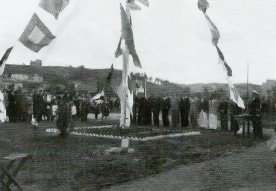 Podniesienie bandery podczas rozpoczęcia sezonu 1946 r.